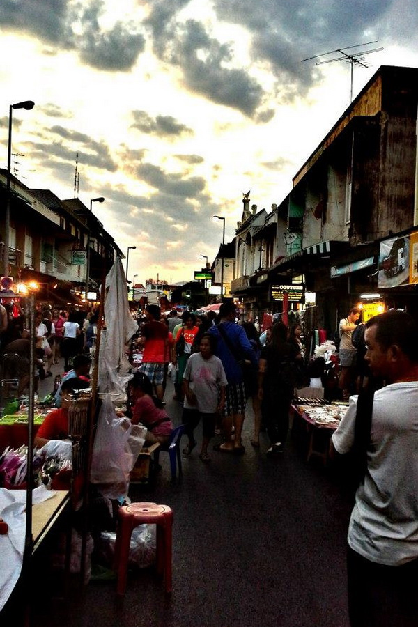 sunday walking street, ta-phae walking street, sunday walking street chiang mai, chiang mai markets